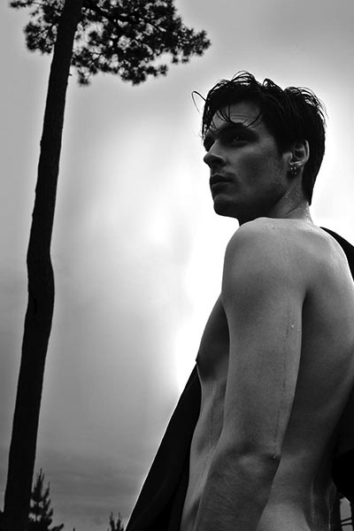 BEAUTÉ – Bleu by Chanel: black-and-white picture of male model from a photo shoot by Didier Cometti et Angelo Buonomo.