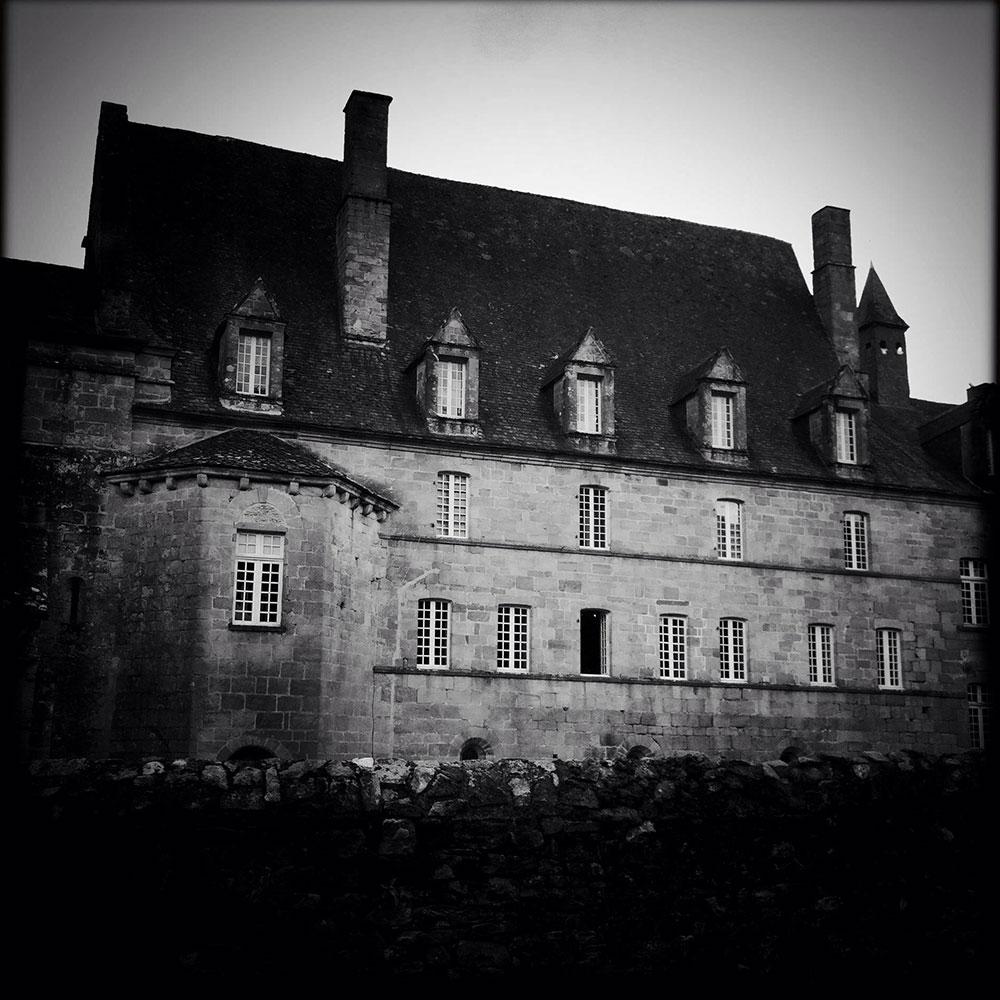HISTOIRES – Photo en noir et blanc d'Aubazine.