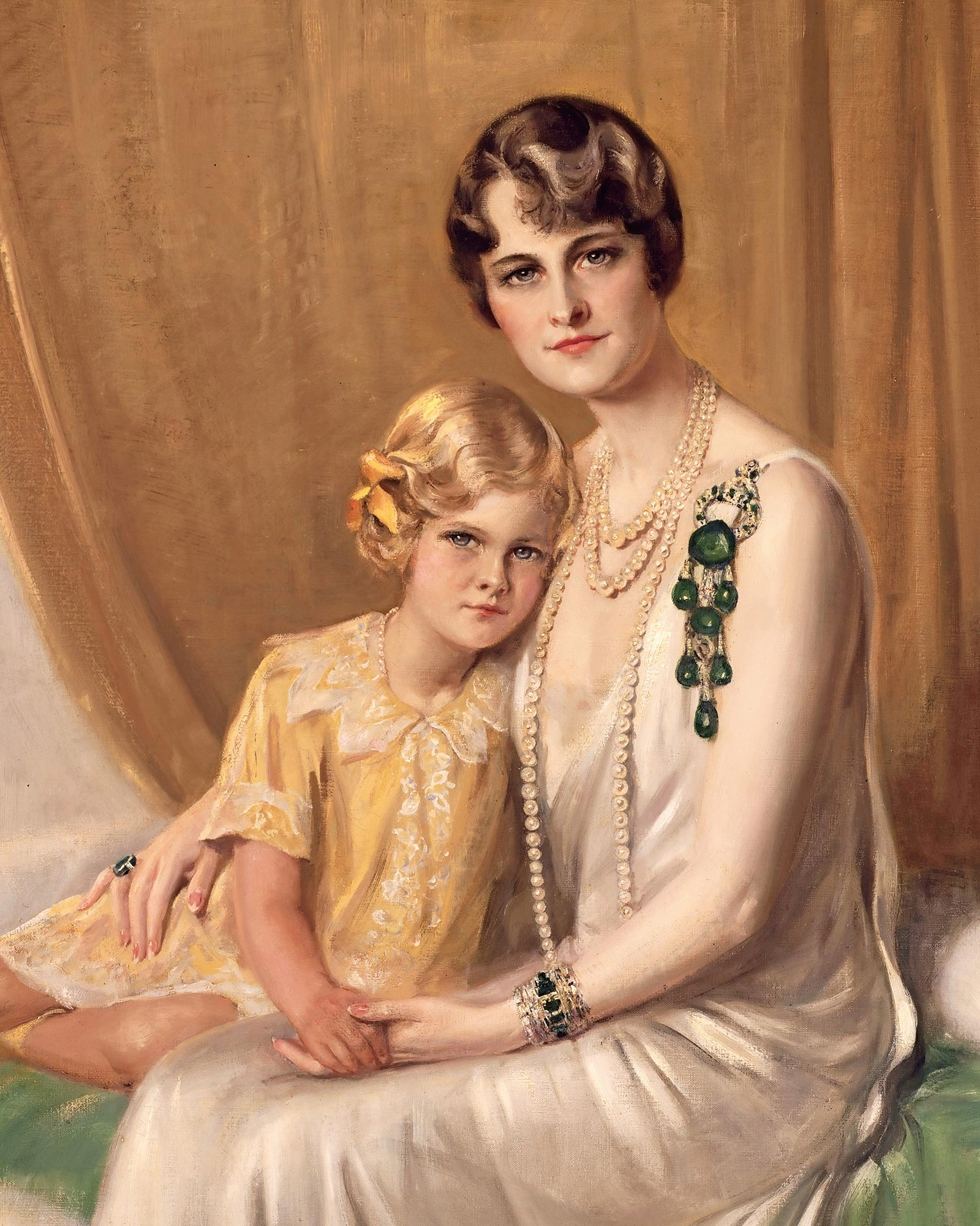 Jewelery - On this portrait of 1929 by Giulio de Blaas, Marjorie Merriweather Post - with her daughter Nedenia - wears the brooch made up of seven engraved emeralds, the main one of which dates back to the mo- mond period and dates back to the 17th century. Courtesy: Hillwood Estate, Museum and Garden.