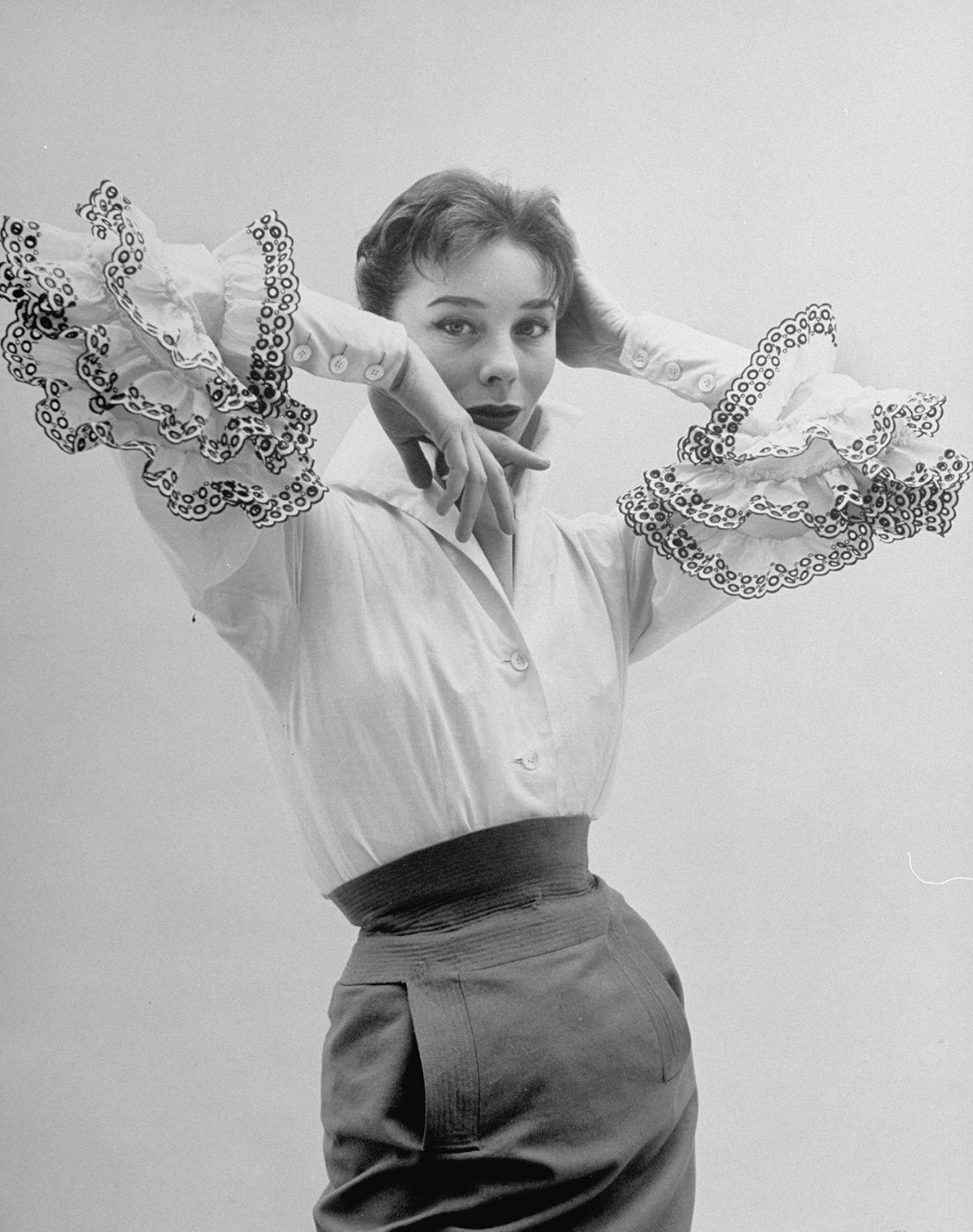 Le 2 février 1952: Bettina Graziani porte la blouse Bettina lors de la première collection Haute Couture de Hubert de Givenchy. Photo: GETTY IMAGES.