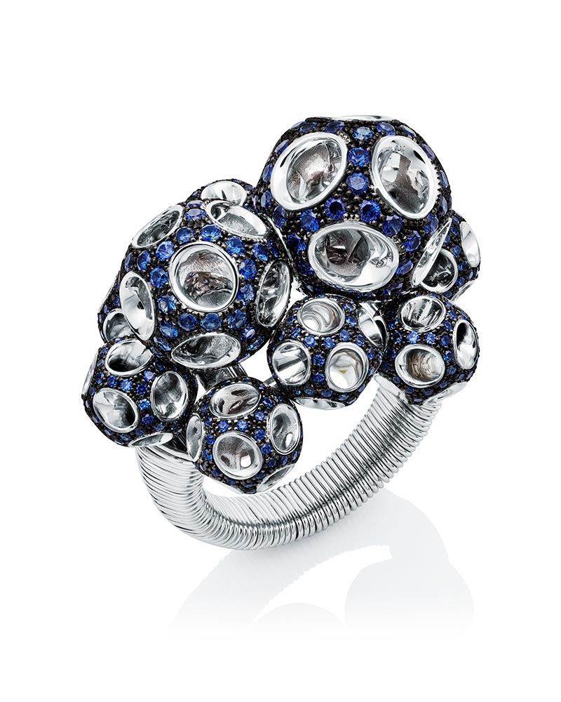 BIJOUTERIE – Bague Magic sertie de saphirs by Towe Norlen.