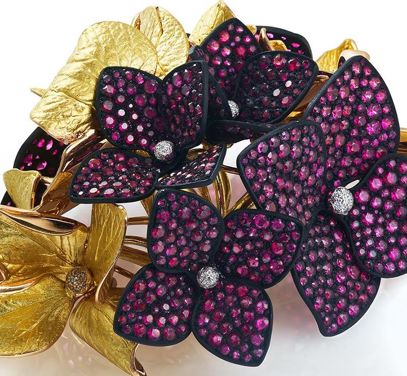BIJOUTERIE – Broche Hortensia d'Emmanuel Tarpin en or vert, or rose, aluminium noirci, spinelles et rubis.