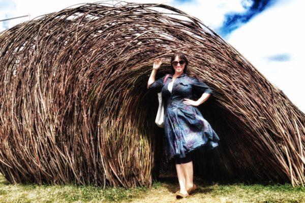 Claire Boucl devant son œuvre La Vague