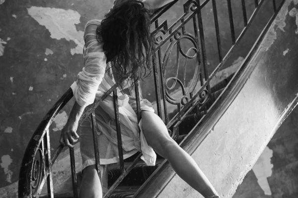 Marie-Agnès Gillot dans l'escalier de l'ancien hôtel Lotti, Danse, Flammarion, ©Sylvie Lancrenon