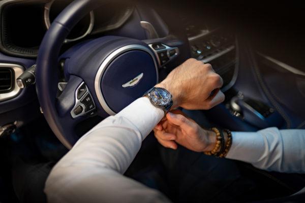 Dr Saeed Dana au volant de l'Aston Martin qu'il a commandée en édition unique d'après le modèle de sa montre BA111OD Black Ice. DR