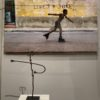 La Havane, Cuba, 2019 ©Steve McCurry VS Figure d'autel, Dagari, Ghana ©Musée Barbier Mueller. Photo ©Isabelle Cerboneschi