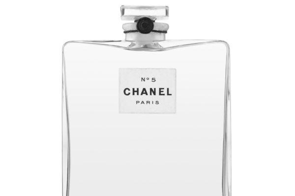 Le flacon de verre original du Parfum Chanel N°5 Parfum, avec son cordon noir et son sceau de cire noire, 1921. Patrimoine de Chanel collection, Paris. ©Chanel