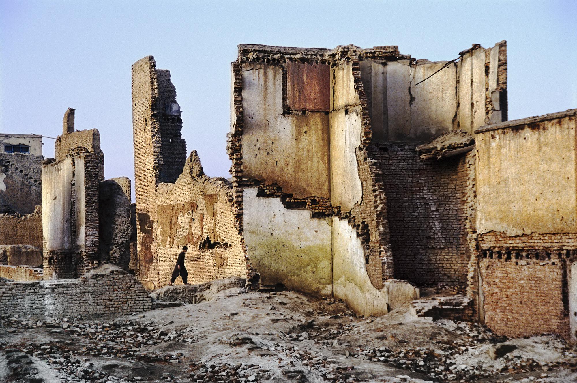 Un homme marche dans les ruines, Kaboul, Afghanistan, 2003 ©Steve McCurry